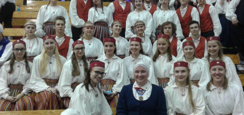 Rahvatantsijad Tartumaa tantsupeol