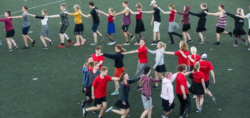 Rahvatantsijad Kagu-Eesti tantsupeol